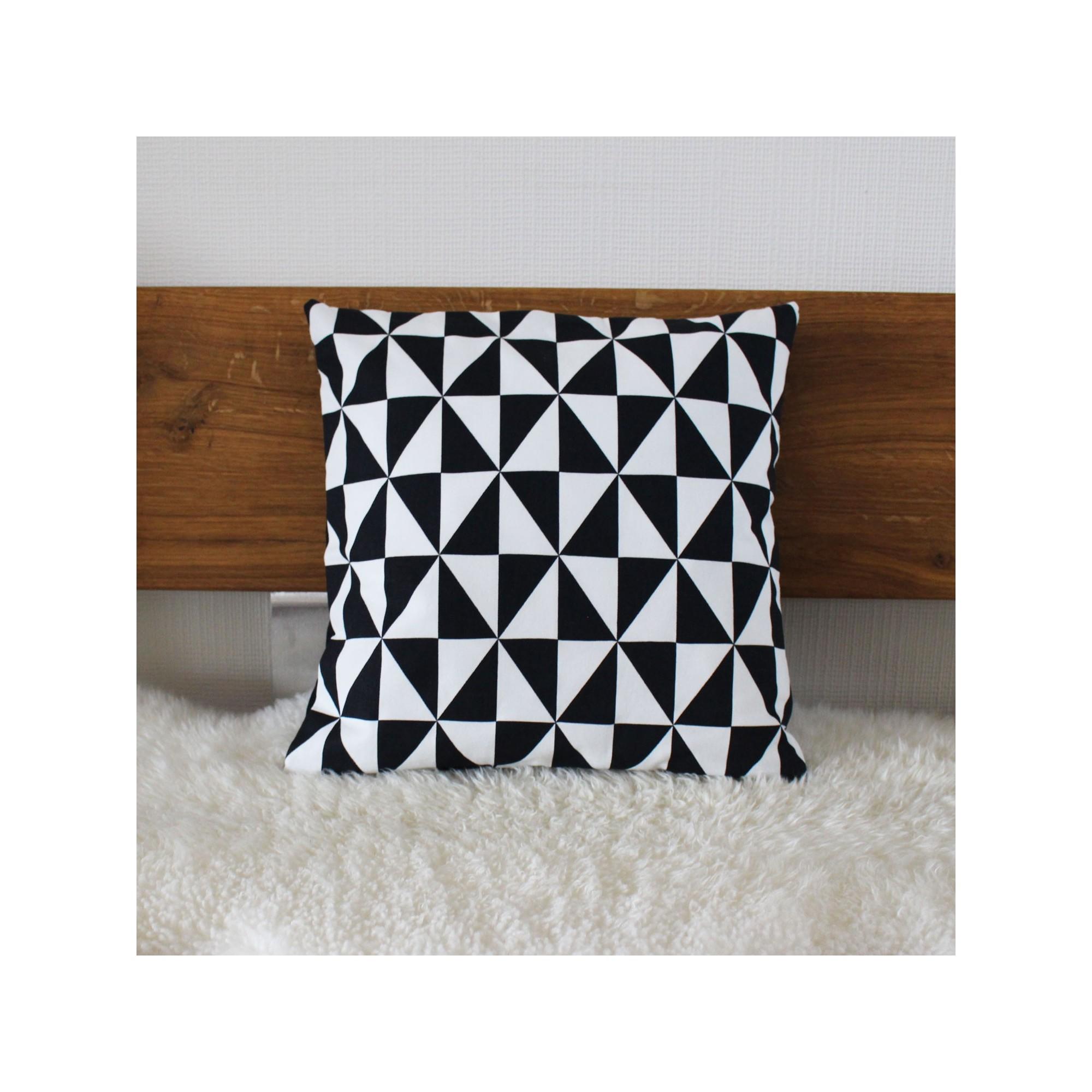 sofakissen dreiecke schwarz wei kaufen. Black Bedroom Furniture Sets. Home Design Ideas