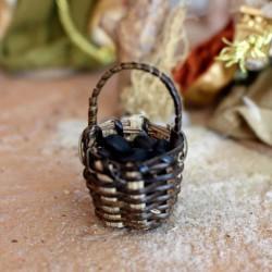 Korb mit schwarzen Oliven