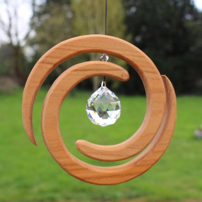 Fensterdeko aus Holz | Helix mit Kristall